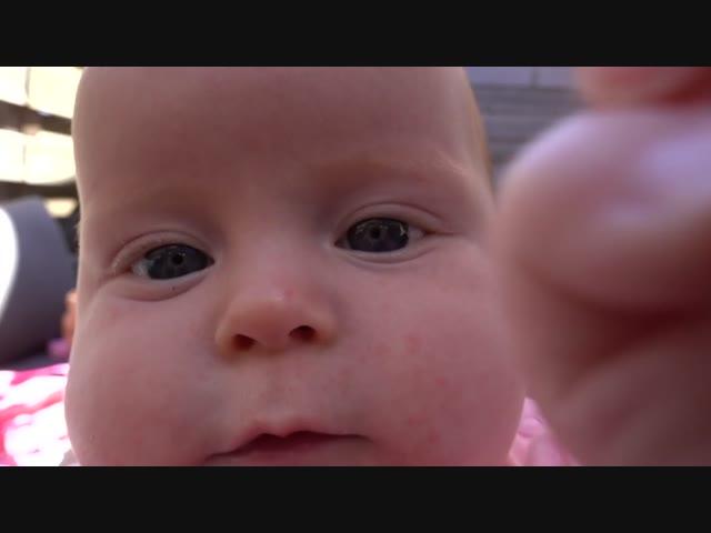 BABY PAKT CAMERA | Bellinga Familie Vlog #1055