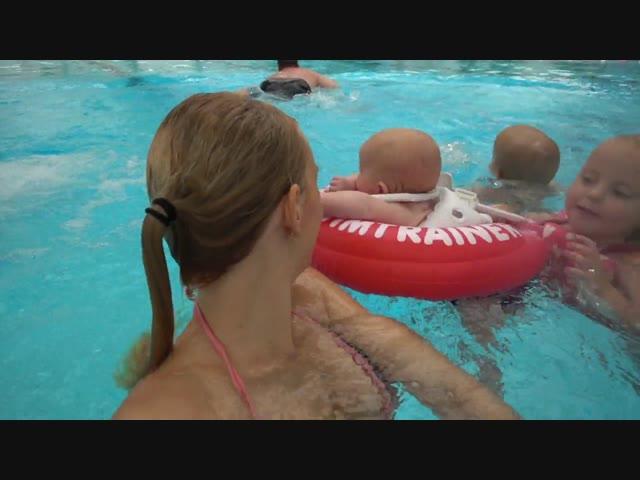 BABY ZWEMMEN OP VAKANTiE!  | Bellinga Familie Vlog #1082