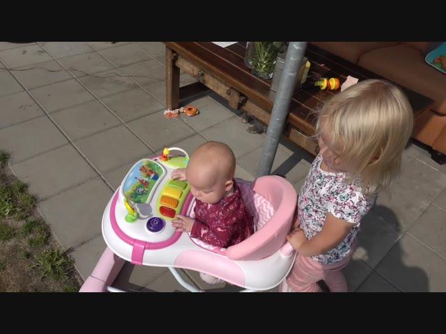 BABY iN DE LOOPSTOEL  | Bellinga Familie Vlog #1118